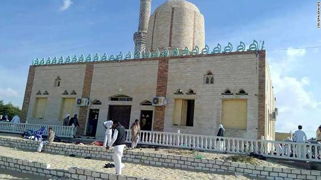 Đánh bom, xả súng đẫm máu làm 235 người thiệt mạng, Ai Cập tuyên bố quốc tang - Ảnh 2.