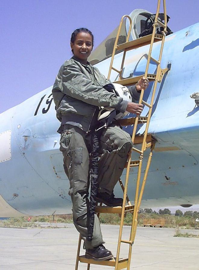 Nữ phi công tiêm kích Su-27 bắn hạ thầy giáo đang bay trên MiG-29 1