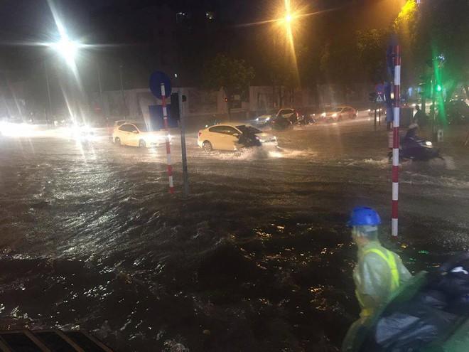 Hà Nội mưa xối xả, nhiều tuyến phố ngập rất sâu - Ảnh 8.