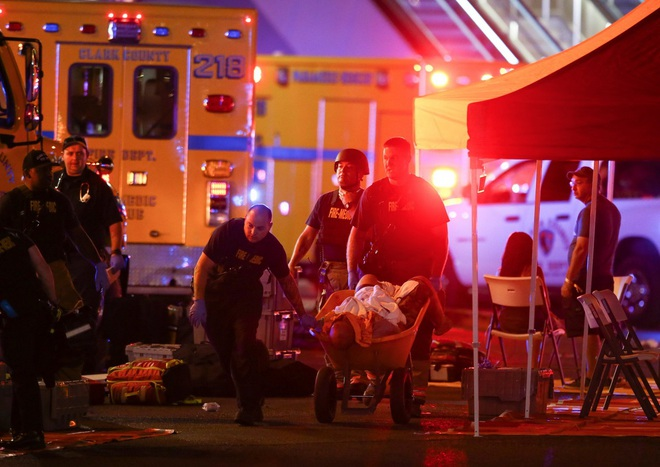 NÓNG: Hàng trăm phát súng xả vào đám đông ở Las Vegas, hơn 20 người thương vong, cảnh sát đã hạ một hung thủ - Ảnh 6.