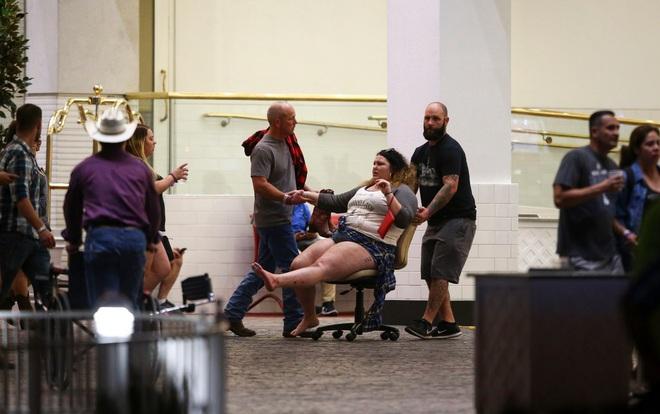 NÓNG: Hàng trăm phát súng xả vào đám đông ở Las Vegas, hơn 20 người thương vong, cảnh sát đã hạ một hung thủ - Ảnh 5.