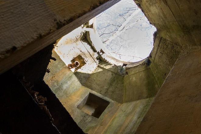 Thâm nhập hầm trú ẩn bí mật của Hitler sâu 30m dưới lòng đất: Đội thám hiểm bị ám ảnh - Ảnh 10.