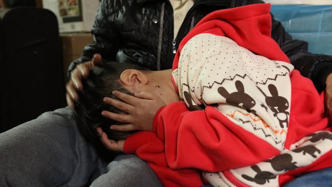 Bố đẻ, mẹ kế bạo hành bé trai 10 tuổi có thể bị xử lý như thế nào? - ảnh 1