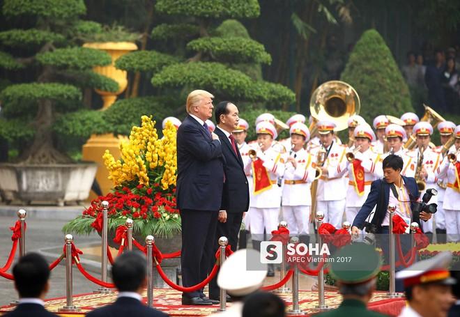 [ẢNH] Toàn cảnh lễ đón chính thức Tổng thống Mỹ Donald Trump tại Hà Nội - Ảnh 5.