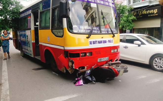 Nữ hộ sinh bị xe buýt vào cua lấn làn đâm tử vong