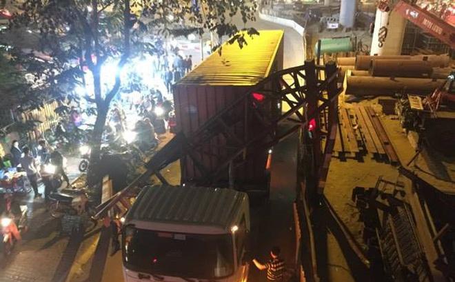 Hà Nội: Xe container húc đổ cổng hạn chế chiều cao, giao thông tê liệt