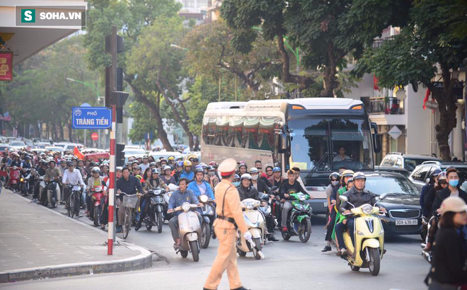 Nhiều tuyến đường Thủ đô đã đông nghẹt chiều mùng 1 Tết