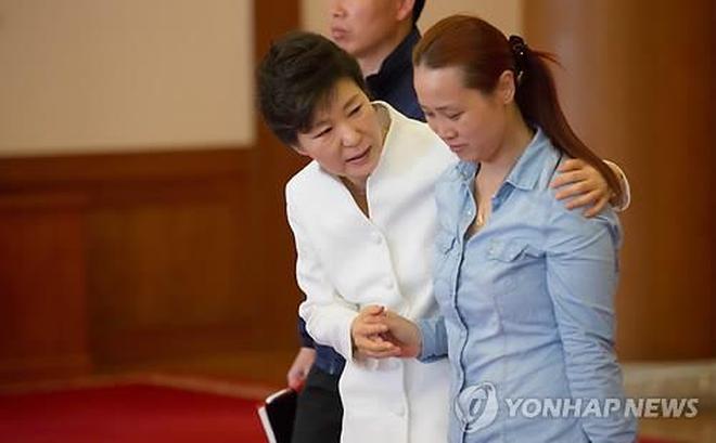 """Giữa lúc """"dầu sôi lửa bỏng"""", bà Park Geun Hye bị lộ tiếp thông tin chấn động dư luận Hàn"""