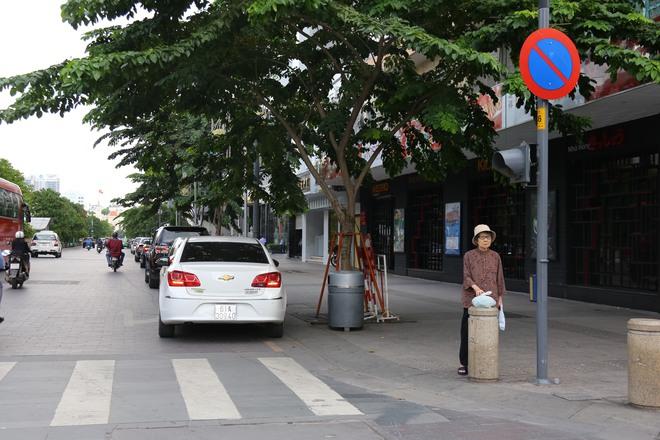 Ảnh: Hàng dài ô tô tái chiếm lòng lề đường quận 1 sau khi ông Đoàn Ngọc Hải ngừng ra quân - ảnh 1