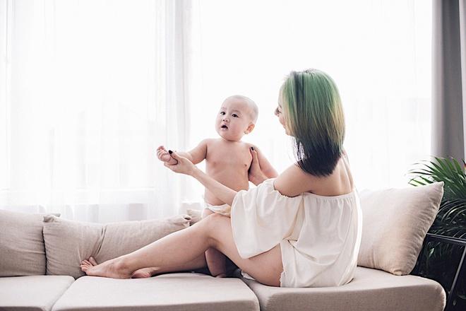 Vợ chồng DJ Tiên Moon - Duy Khánh lần đầu khoe con trai kháu khỉnh - Ảnh 3.