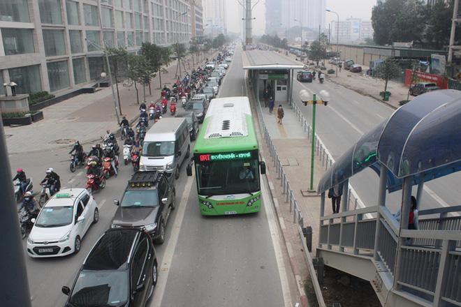Hàng trăm ôtô nhường đường cho buýt nhanh sau kỳ nghỉ lễ - Ảnh 3.