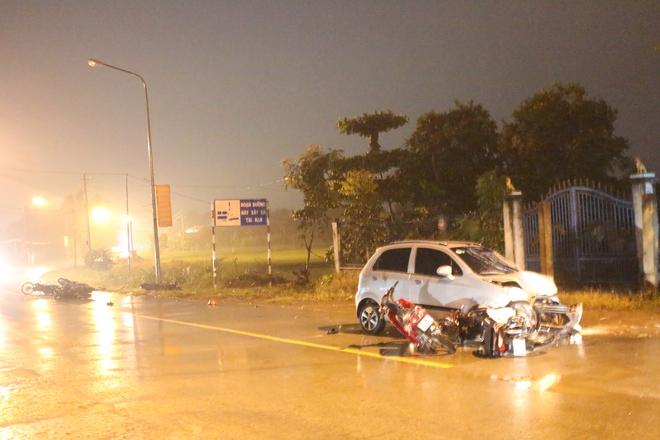 Ô tô điên tông 6 xe máy trong đêm, 9 người văng xuống đường - Ảnh 1.