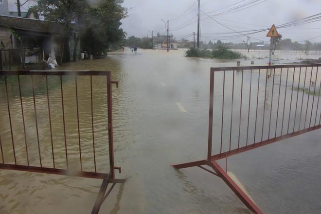 Mưa lớn, thủy điện xả lũ khiến Huế ngập nặng lần thứ 2 trong nửa tháng - Ảnh 5.