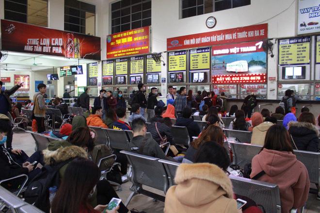 Bến xe thưa thớt, đường phố HN không tắc nghẽn trước dịp nghỉ lễ Tết Dương lịch - Ảnh 2.