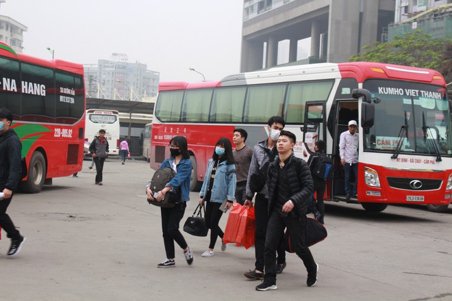 Bến xe thưa thớt, đường phố HN không tắc nghẽn trước dịp nghỉ lễ Tết Dương lịch - Ảnh 1.