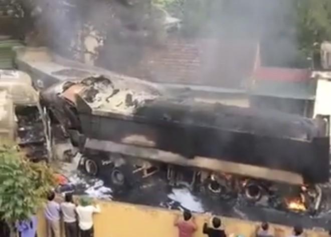 Phú Thọ: 4 xe ô tô bốc cháy dữ dội sau vụ tai nạn liên hoàn - Ảnh 1.