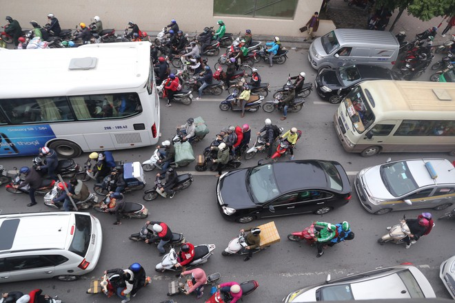 Bến xe thưa thớt, đường phố HN không tắc nghẽn trước dịp nghỉ lễ Tết Dương lịch - Ảnh 4.