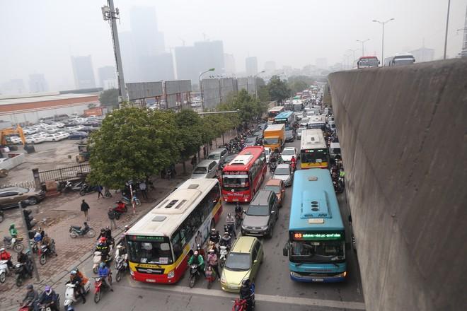 Bến xe thưa thớt, đường phố HN không tắc nghẽn trước dịp nghỉ lễ Tết Dương lịch - Ảnh 5.