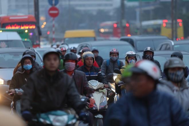 Bến xe thưa thớt, đường phố HN không tắc nghẽn trước dịp nghỉ lễ Tết Dương lịch - Ảnh 6.