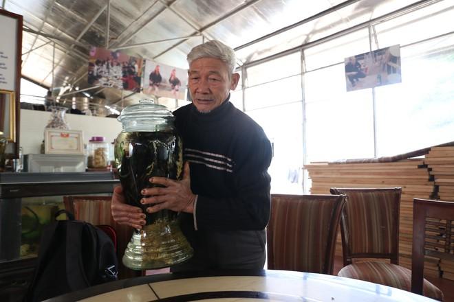 Ông Vết cho biết, hai bình rượu gà Đông Tảo của ông được khách trả 150 triệu đồng, nhưng ông không bán.