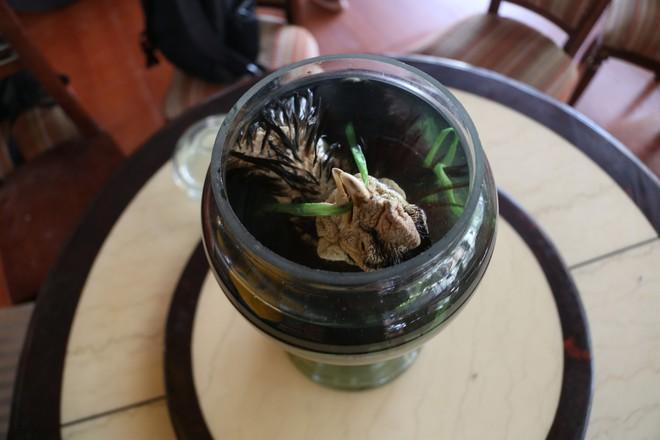 Ông Vết tự nấu loại rượu có nồng độ 70 độ để đảm bảo trong quá trình ngâm gà không bị phân hủy. Ông đã hạ thổ bình rượu trong 6 tháng, hạ thủy 3 tháng và hiện tại mở nắp ở điều kiện bình thường trong nhà để bay bớt nồng độ mới có thể uống.