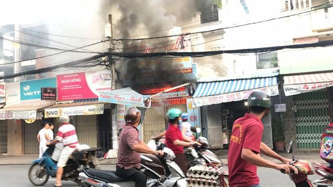 Gặp tài xế lái xe tông sập cửa nhà cháy ở Sài Gòn để cứu người - Ảnh 1.