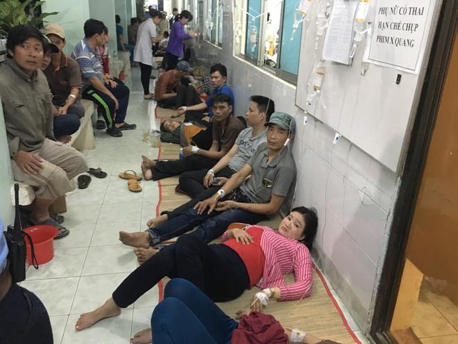 Hàng trăm công nhân đột ngột nôn ói, đau bụng, nhiều người bất tỉnh khi đến viện - Ảnh 1.