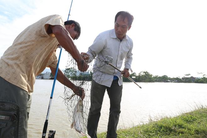 Ảnh: Hàng trăm cần thủ kiếm bộn cá trên dòng sông lũ ở Hà Nội - Ảnh 6.
