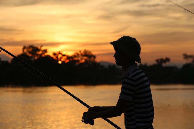 Ảnh: Hàng trăm cần thủ kiếm bộn cá trên dòng sông lũ ở Hà Nội - Ảnh 11.