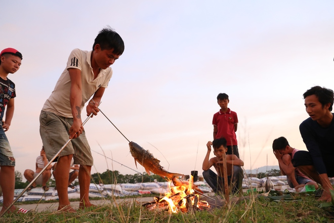 Ảnh: Hàng trăm cần thủ kiếm bộn cá trên dòng sông lũ ở Hà Nội - Ảnh 9.