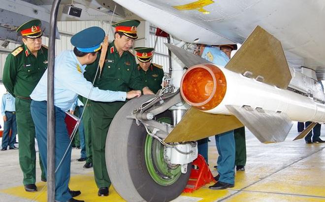 Thượng tướng Phan Văn Giang kiểm tra trung đoàn không quân 927