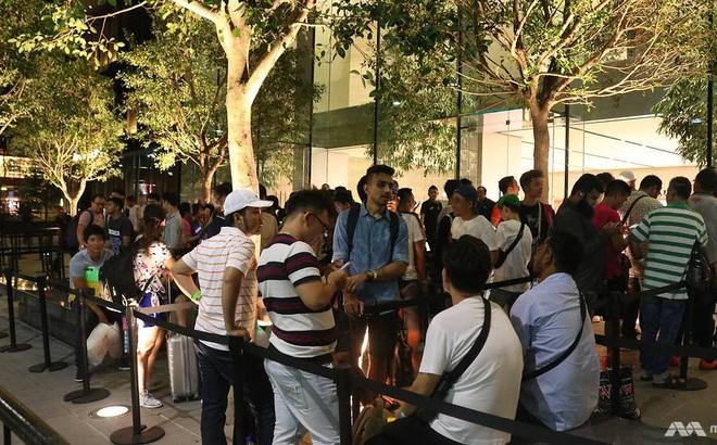 Người Việt trắng đêm chờ mua iPhone 8
