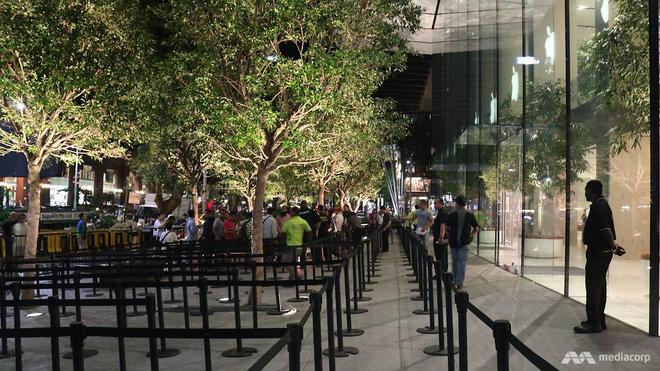 Người Việt trắng đêm chờ mua iPhone 8 - Ảnh 1.