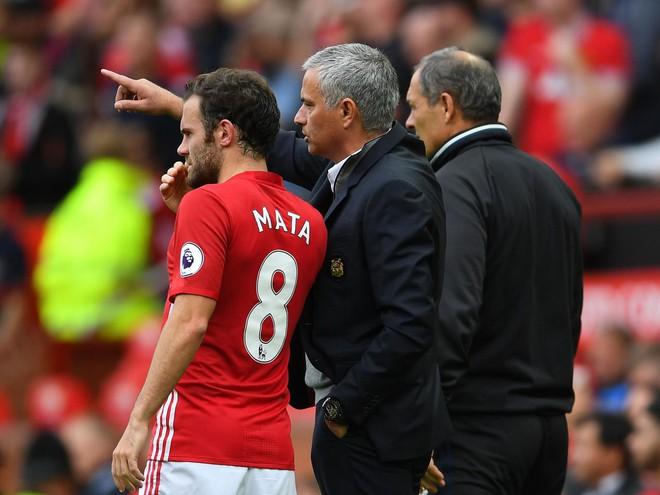 Quên xe bus đi, Mourinho giờ đã thuộc làu bài của Sir Alex - Ảnh 1.
