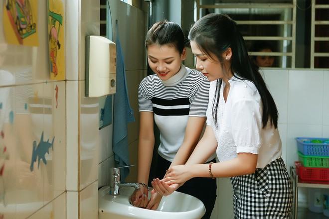 Á hậu Khánh Phương đi từ thiện trước ngày thi Hoa hậu Siêu quốc gia - ảnh 7