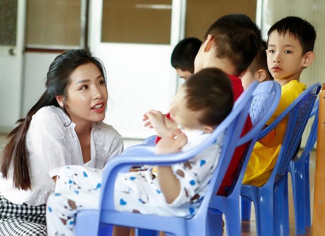 Á hậu Khánh Phương đi từ thiện trước ngày thi Hoa hậu Siêu quốc gia - ảnh 5