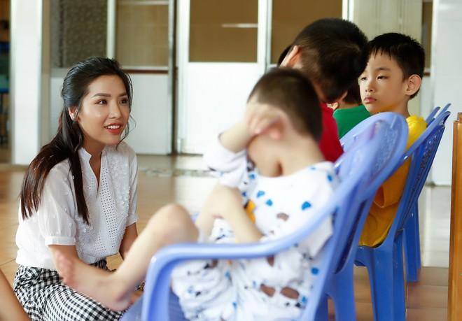 Á hậu Khánh Phương đi từ thiện trước ngày thi Hoa hậu Siêu quốc gia - ảnh 4