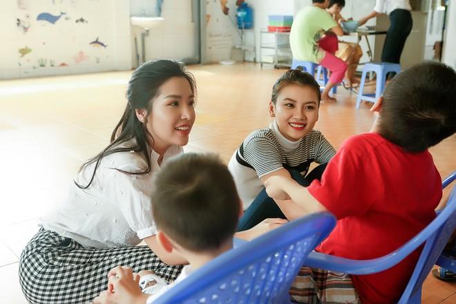Á hậu Khánh Phương đi từ thiện trước ngày thi Hoa hậu Siêu quốc gia - ảnh 3