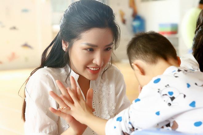 Á hậu Khánh Phương đi từ thiện trước ngày thi Hoa hậu Siêu quốc gia - ảnh 1