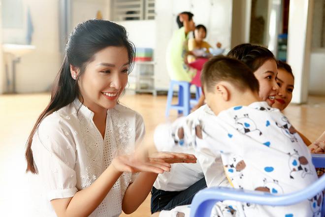 Á hậu Khánh Phương đi từ thiện trước ngày thi Hoa hậu Siêu quốc gia - ảnh 2