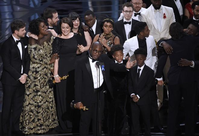 [Video] Khoảnh khắc Oscar bỗng thành trò cười như Hoa hậu Hoàn vũ! - Ảnh 2.