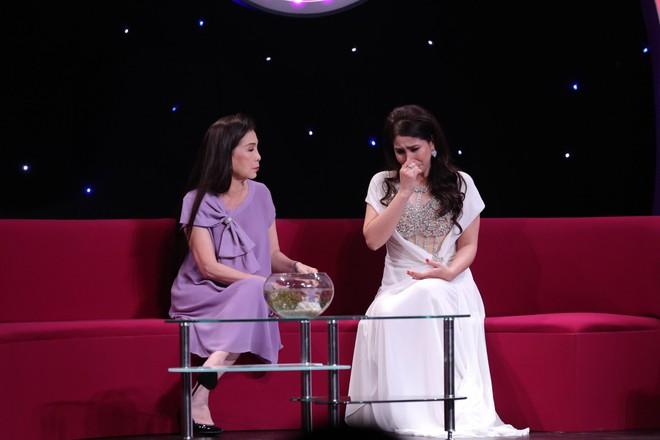 Em gái Lý Hùng khóc khi nói về con gái đang bị cách li ở Mỹ - Ảnh 2.