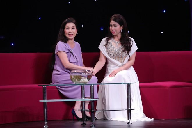 Em gái Lý Hùng khóc khi nói về con gái đang bị cách li ở Mỹ - Ảnh 1.
