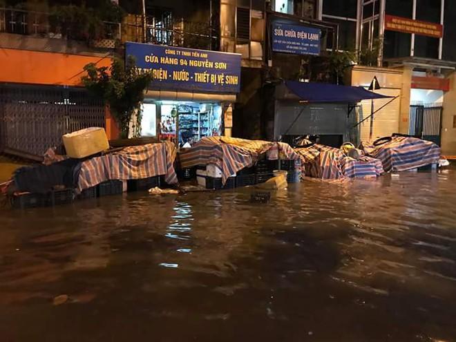 Hà Nội mưa xối xả, nhiều tuyến phố ngập rất sâu - Ảnh 5.