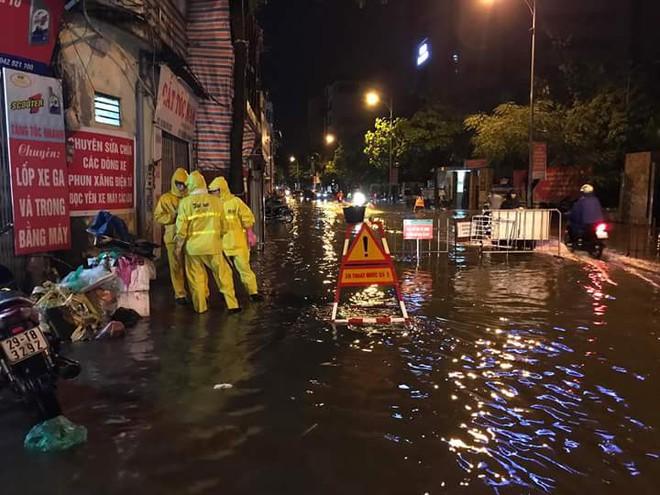 Hà Nội mưa xối xả, nhiều tuyến phố ngập rất sâu - Ảnh 6.
