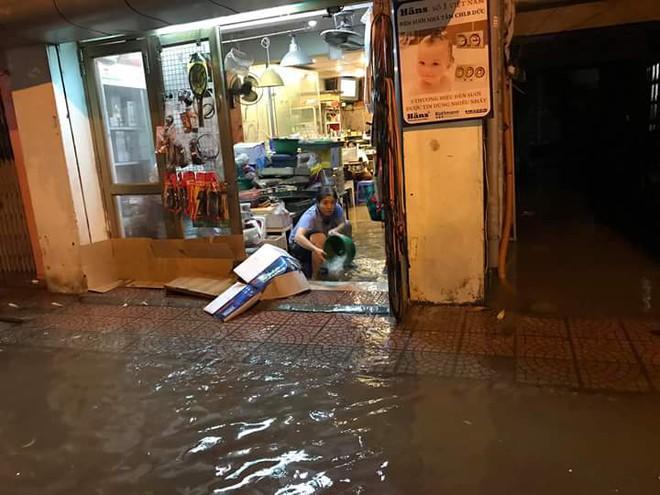 Hà Nội mưa xối xả, nhiều tuyến phố ngập rất sâu - Ảnh 4.
