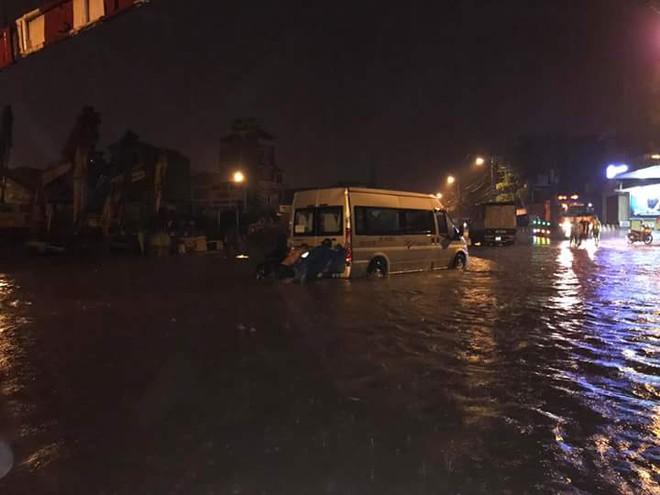 Hà Nội mưa xối xả, nhiều tuyến phố ngập rất sâu - Ảnh 7.