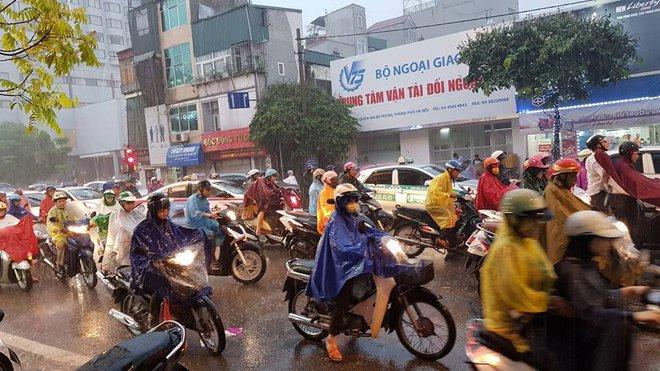 Hà Nội mưa xối xả, nhiều tuyến phố ngập rất sâu - Ảnh 14.