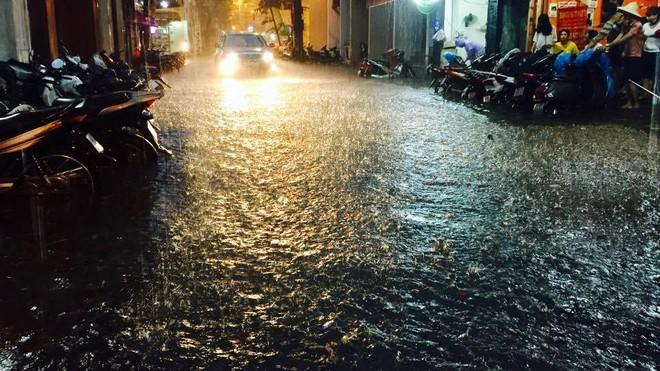 Hà Nội mưa xối xả, nhiều tuyến phố ngập rất sâu - Ảnh 1.