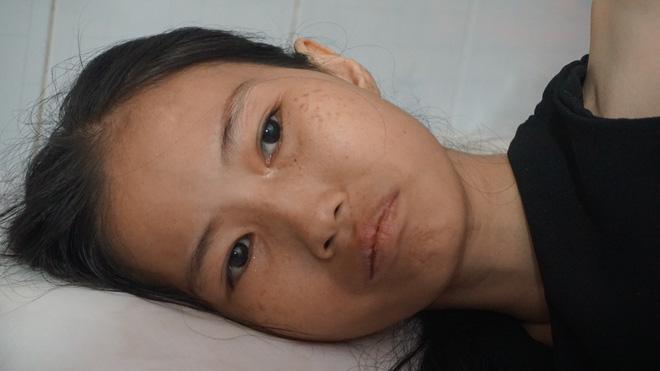 3 con nhỏ đẩy xe lăn đưa mẹ bị ung thư đi bán vé số ở Đồng Nai - Ảnh 5.